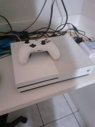 Xbox one S na caixa com controle personalizado na caixa fifa 21 e 19 halo v
