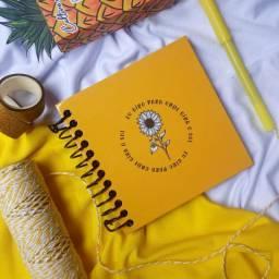 Álbum Yellow com adesivos e caneta gel! Folhas pretas