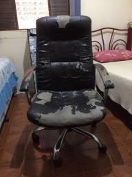Cadeira Office Presidente Plus Crome. Usada e desgastada, mais ainda utilizável.