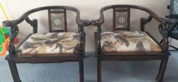 Cadeiras de Madeira maciça trabalhadas.