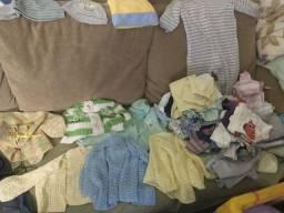 Lote de roupas, sapatinhos e sling
