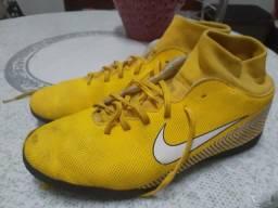 Chuteira amarela de futsal