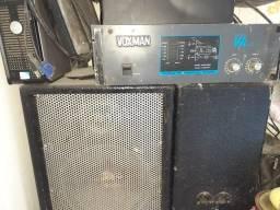 Caixas de som com amplificador tem os cabos