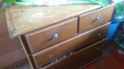 Vendo uma cômoda de madeira o único defeito é atrás a forró dela