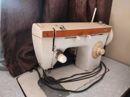 Máquina de costura Singer com mesa