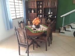 Uma estante com mesa de 6 cadeira