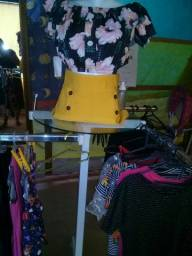 Vendo  móveis  de uma lojinha de roupas