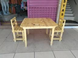 Mesa para estudo infantil feita de palete