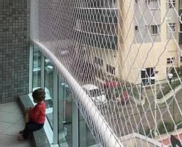 Proteja suas crianças redinha de proteção instalada em janela sacada piscina