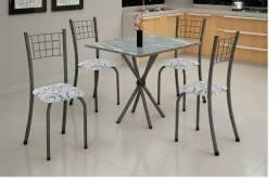 Mesa com Tampo de Granito e Cadeiras com Assento Estofado