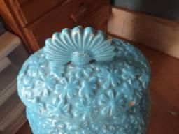 Filtro de água em porcelana azul com relevo de flores. Anos 60