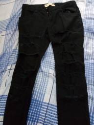 Calça jeans preta com rasgos