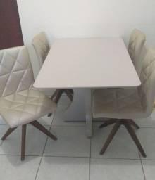 Mesa com cadeiras estofadas