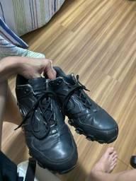 Tênis Oacley preto em couro, impermeável, tam 42