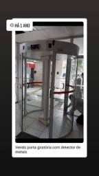 Porta giratória com detector de metais