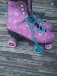 Vendo um par de patins