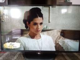 """Vendo smart tv LG 47"""" com uma trinca na parte superior direita da tela."""