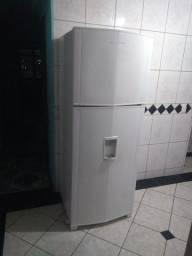 Amplo refrigerador Brastemp Frost Free duplex com dispensa de água na porta.