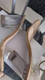 Sandália com tiras em vinil e salto acrílico