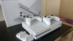 Xbox One S 1TB C/ 02 Controles + Carregador Controles