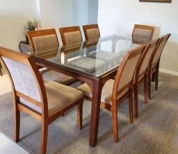 Lindo conjunto de cadeiras e mesa de jantar