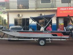 Barco com motor e carreta