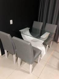 Mesa de vidro e cadeiras estofadas