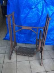 Pé de máquina antigo de ferro