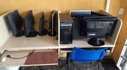 Vitrine com mesa de computador.