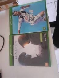 Xbox one S na caixa com controle personalizado na caixa fifa 19 e 21 halo v