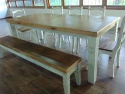 Mesa rústica com 5 cadeiras e banco