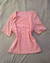 Blusa rosa, em renda