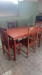Mesa se madeira com 4 cadeiras