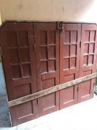 Duas janelas e uma porta