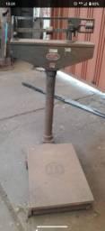 Balança mecânica de ferro maciço pesa até 290 kg