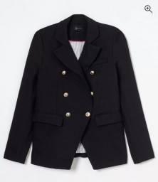 Blazer alongado em alfaiataria com botões brazão preto