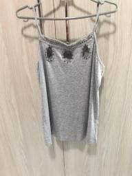 Camiseta cinza com pedrarias bordadas tam m