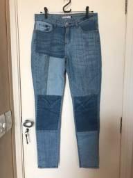 Calça jeans clara com recortes