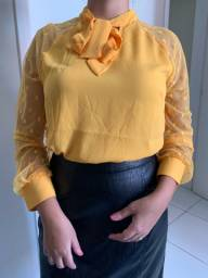 Blusa amarela gola de gravata