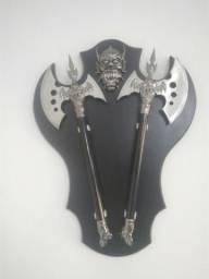 Machado medieval com escudo - de parede - decoração