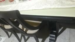Mesa de madeira, com 6 cadeira e tampo de vidro