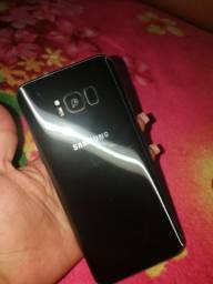S8 + 64 gb com uma manchinha no canto , porém funcionando perfeitamente.  Aparelho top ..