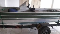 Vende-se barco à motor.