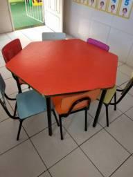 Mesa infantil sextavada, com cadeiras