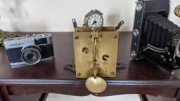 Linda máquina de relógio antigo em perfeito estado