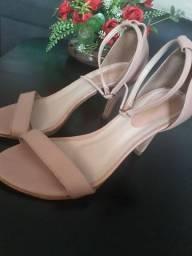 Sapatos de saltos semi usados
