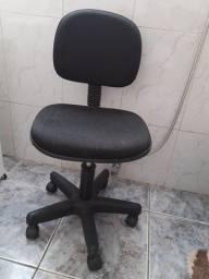 Cadeira preta com base giratória