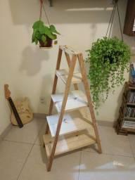 """Linda Estante """"Escada Floreira"""" em Pinus e Angelim!"""