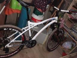 Bicicleta muito boa ..tem o documento..peças novas.