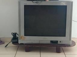Televisão de tubo grande e conversor digital